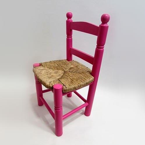 silla de mimbre rosa
